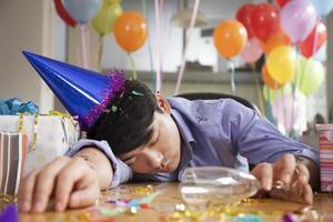 Mann schläft nach der Party im Büro foto