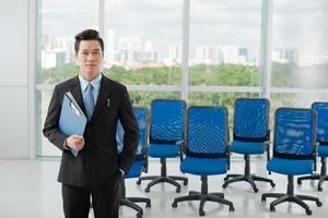 selbstbewusster vietnamesischer Geschäftsmann foto