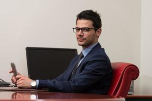 junger Mann, der auf Touchpad im Büro arbeitet foto