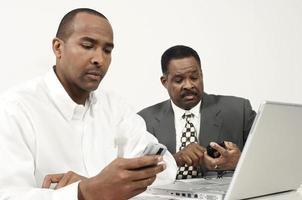 Geschäftsleute, die Handy im Büro benutzen foto