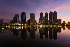 Bürogebäude während der Dämmerung, Bangkok, Thailand foto