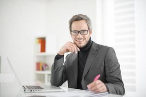 attraktiver Mann, der im Büro arbeitet foto