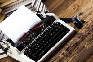 Retro-Schreibmaschine mit weißem Papier foto