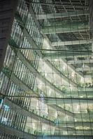 Glasgebäude in der Nacht von innen beleuchtet