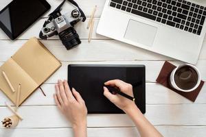 Designer-Arbeitsplatz im Büro mit Grafiktablett, Computer, oben