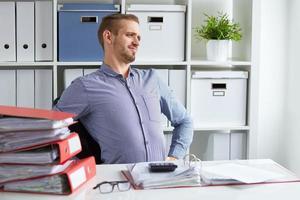Mann mit Rückenschmerzen foto