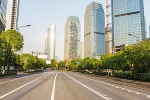 Skyline, Stadtstraße und Bürogebäude tagsüber. foto