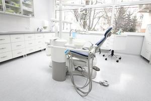 zahnärztliche Instrumente und Werkzeuge in einer Zahnarztpraxis foto