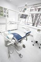 zahnärztliche Instrumente und Werkzeuge in einer Zahnarztpraxis