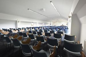 Innenraum des modernen Hörsaals foto