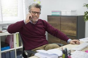 Telefonieren während der Arbeitspause foto