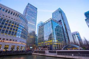 Bürogebäude und Reflexion in London, England, Hintergrund foto