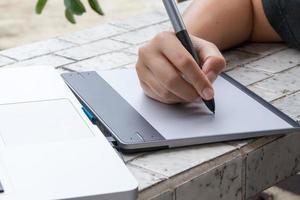 Grafikdesigner mit digitalem Tablet und Computer zu Hause amt foto
