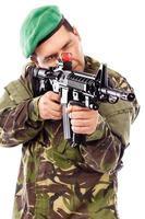 Porträt eines jungen Soldaten, der mit einer Waffe zielt