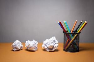 Stapel Farbstifte und zerknittertes Papier. Geschäftsfrustrationskonzept. foto