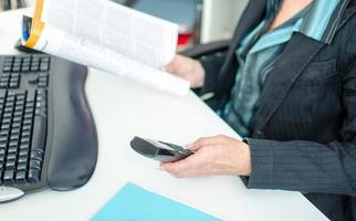 Geschäftsfrau liest eine Zeitschrift foto