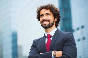 hübsches lächelndes Geschäftsmannporträt