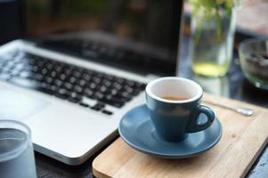 Arbeitszeit. heißer Kaffee, Espesso mit Laptop. Unternehmenskonzept foto