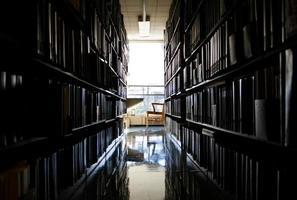 ruhiger Ort zum Arbeiten in einer Bibliothek foto