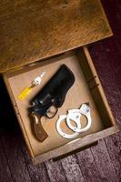 38 Revolver Pistole Holster Schreibtisch Schublade Schlüssel Handschellen Fesseln foto
