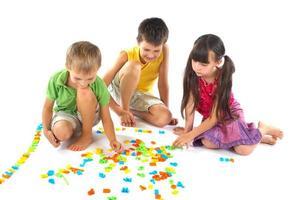 Kinder spielen mit Buchstaben foto