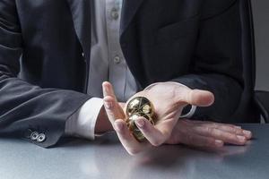 männlicher Manager mit Anti-Stress-Bällen in den Händen am Arbeitsplatz