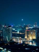 Stadtbild von Bangkok Nachtansicht im Geschäftsviertel foto