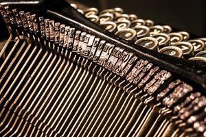 Nahaufnahme des alten Schreibmaschinenbuchstabens und der Symbolschlüssel foto