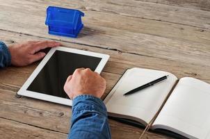 weißer Tablet-PC in den Händen von Männern foto