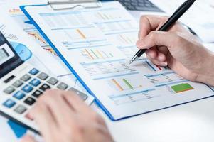 Geschäftsmann, der Bericht, Geschäftsleistungskonzept analysiert