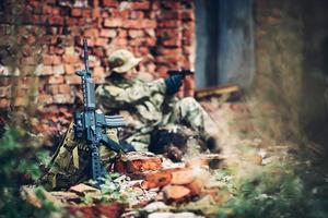 Soldat mit Gewehr in den Ruinen
