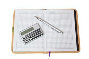 Taschenrechner und silberner Griff öffnen Notebook. foto