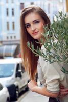 junge blonde Frau auf ihrem Balkon lächelnd foto