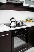 Topf, Kätzchen und Pfanne in der modernen Küche foto