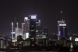 Warschauer Geschäftszentrum bei Nacht foto