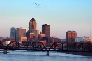 Skyline und Des Moines Fluss in Des Moines, Iowa bei Sonnenuntergang
