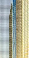 Reflexion der Sonne in der Fassade eines Wolkenkratzers
