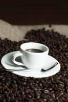 Tasse auf Kaffeebohnen foto