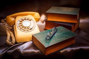 Retro-Telefon und altes Buch.