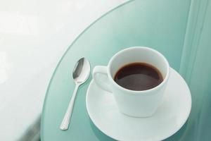 Tasse Kaffee auf einem Spiegeltisch foto