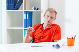 müder Architekt während der Arbeit foto
