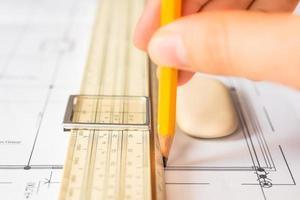Hand hält den Bleistift, um eine Zeichnung zu erstellen foto