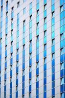 modernes futuristisches Geschäftsgebäude in der Stadt foto