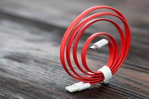 rotes USB-Kabel auf Holztisch foto