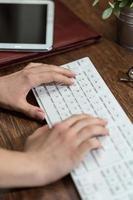 Schreiben auf der Tastatur foto