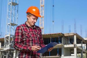 Baumeister im orangefarbenen Helm foto