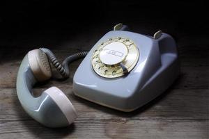 Retro-Drehtelefon mit Drehknopf und abgenommenem Empfänger foto