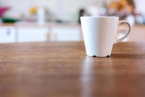 Tasse Kaffee mit defokussiertem Hintergrund der Weinleseküche.
