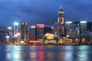 Hong Kong Island von Kowloon in der Abenddämmerung foto