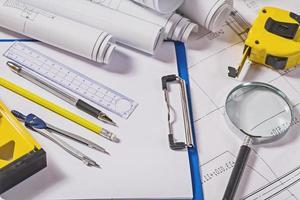 Architektenwerkzeuge auf Blaupausen